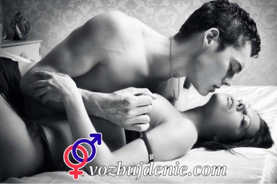 парень целует девушку