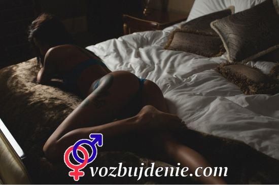 девушка на кровате