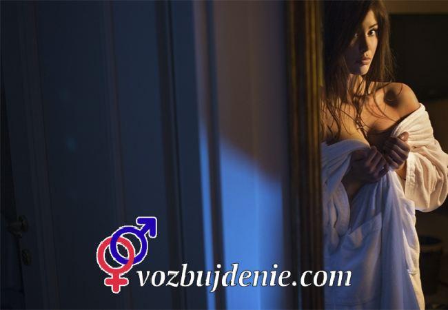 Девушка открывает дверь
