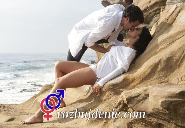 Прелюдия перед страстным сексом на пляже